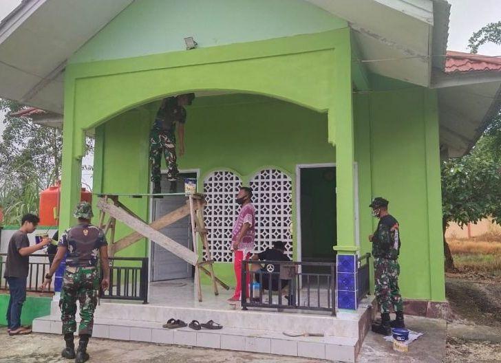 Photo of Peduli Tempat Ibadah Subdenpom XII/1-4 Ngabang Melaksanakan Pengecatan Masjid
