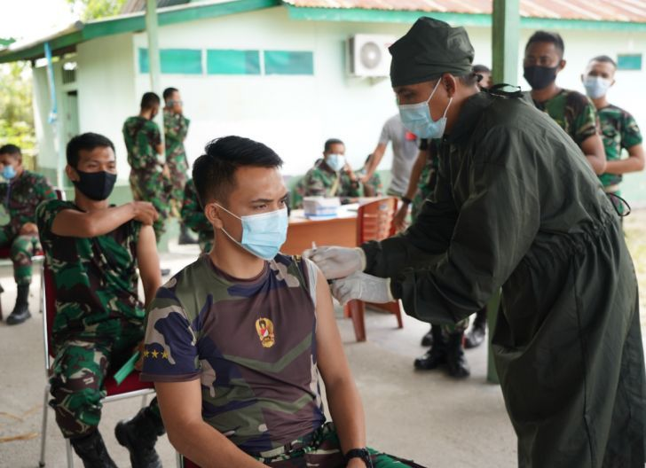 Photo of Cegah Menyebarnya Virus Corona, Anggota Korem 121/Abw dan Persit KCK Koorcab Rem 121 Laksanakan Vaksinasi