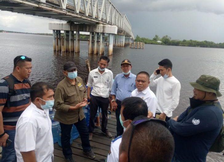 Photo of Perusahaan Ponton Perbaiki Dermaga di Simpang Hilir, Aktivitas Bongkar Muat Pindah ke Pelabuhan DKP
