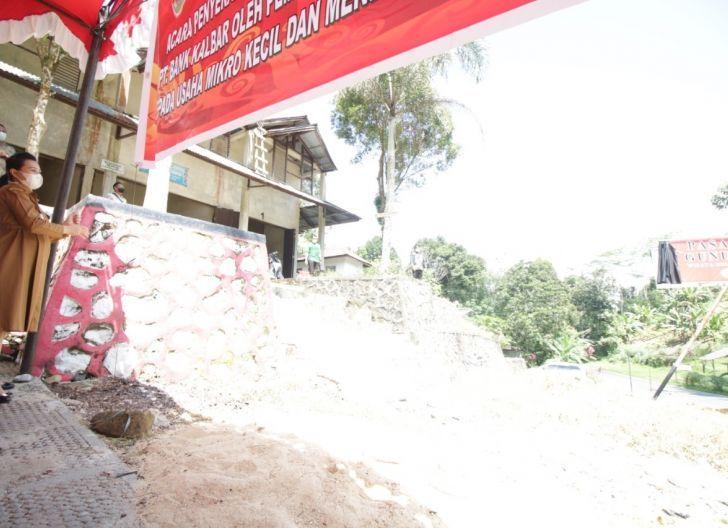 Photo of Bupati Serahkan CSR Bank Kalbar kepada Pedagang Pasar Sehaq, Dimanfaatkan untuk Plang Pasar dan Meja Lapak