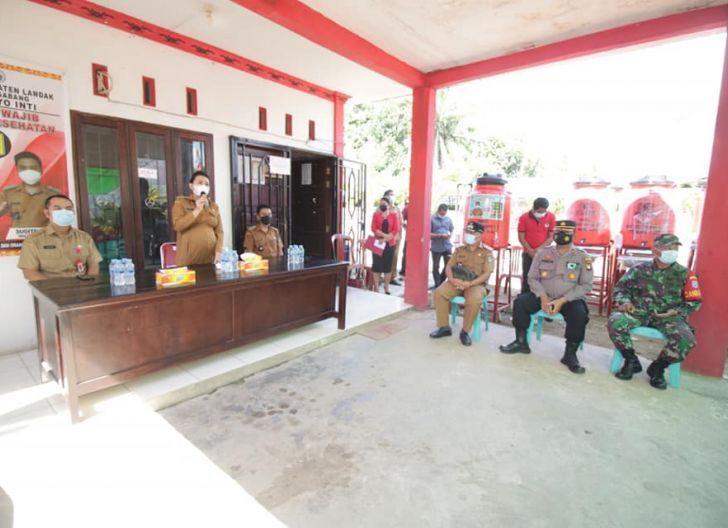 Photo of Bupati Karolin Apresiasi Desa Amboyo Inti Berikan Tempat Cuci Tangan