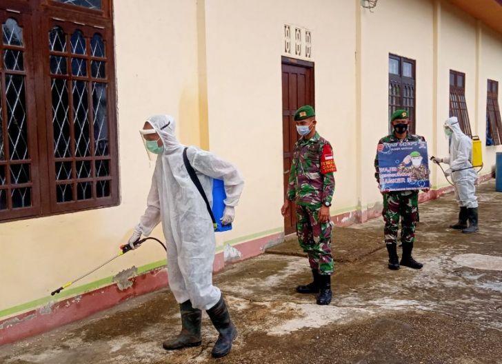 Photo of Berikan Kenyamanan Beribadah, Batalyon Infanteri 642/Kapuas Lakukan Penyemprot Desinfektan