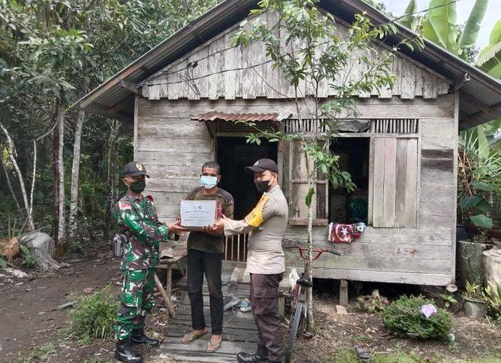 Photo of TNI -POLRI Bersinergi Menyalurkan Bantuan Bagi Warga Yang Membutuhkan