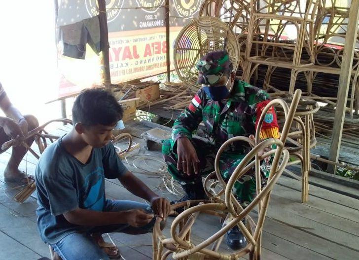 Photo of Jalin Hubungan Baik, Babinsa Komsos Bersama Pengrajin Rotan Sambas