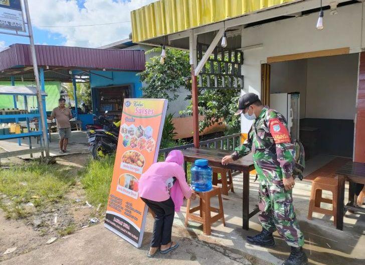 Photo of Pantau Kondisi Wilayah, Babinsa Koramil Teluk Batang Disiplinkan Prokes