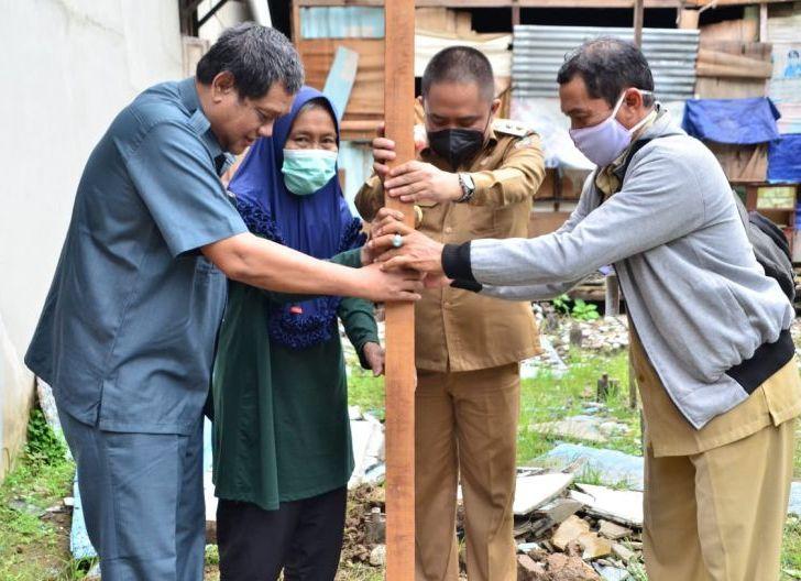 Photo of Penancapan Tiang Pertama di Teluk Batang dan Teluk Batang Selatan, 37 Rumah Swadaya Mulai Dibangun