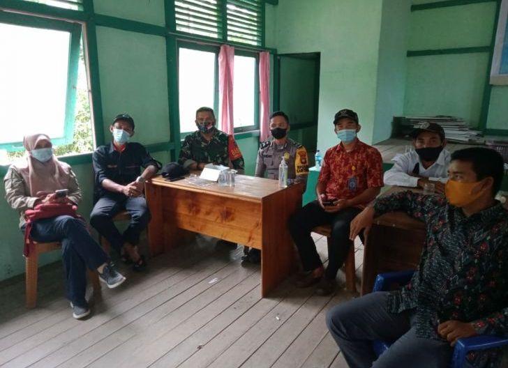 Photo of Suasana Sinergitas Dan Peran Aktif Posko PPKM Mikro Bersama Babinsa Padu Banjar