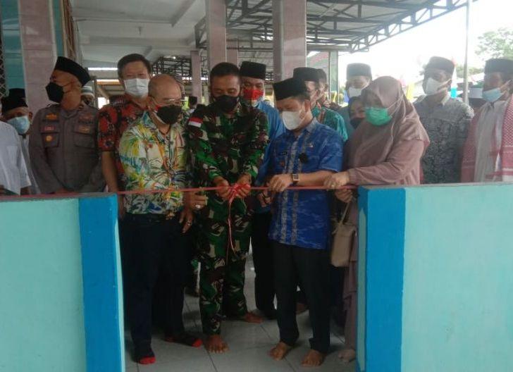 Photo of Dandim Sambas Bersama Forkopimda Resmikan Tempat Wudhu Dan MCK Masjid