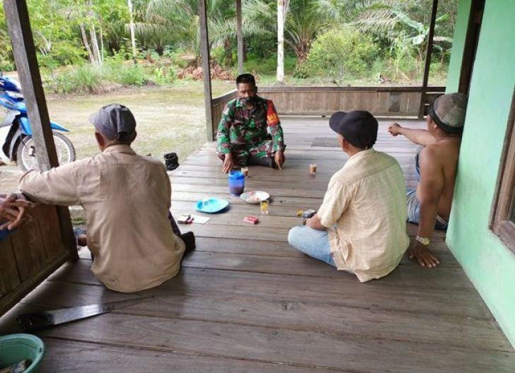 Photo of Cegah Penyebaran Covid-19, Satgas TMMD Ke-111 Kodim 1207/Pontianak Berikan Edukasi Kepada Masyarakat Sambil Jalin Komunikasi Sosial