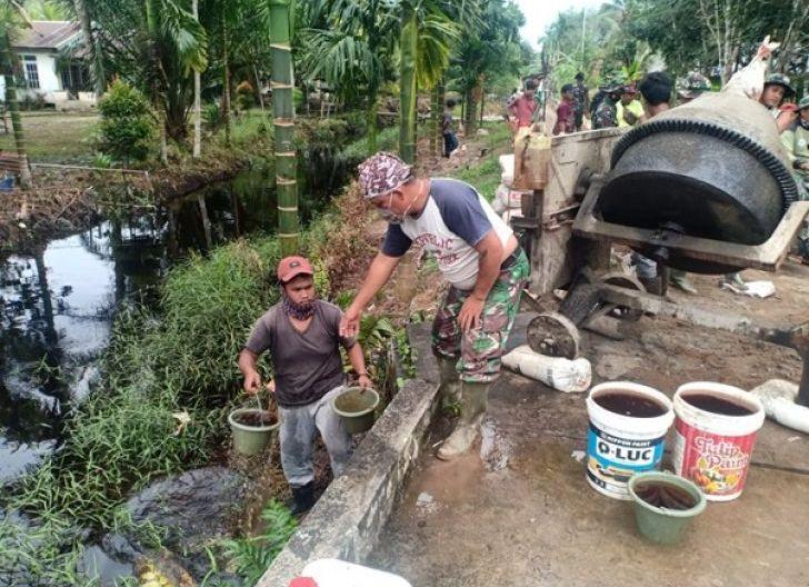 Photo of Personil TMMD Ke-111 Kodim 1207/Pontianak Angkut Air Menggunakan Ember
