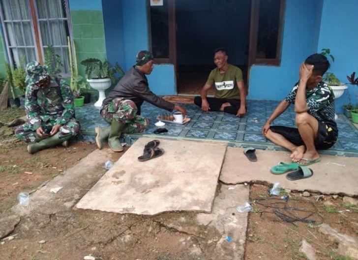 Photo of Segelas Kopi Pagi Mepererat Keakraban Satgas TMMD Ke-111 Kodim 1207/Pontianak Dengan Warga