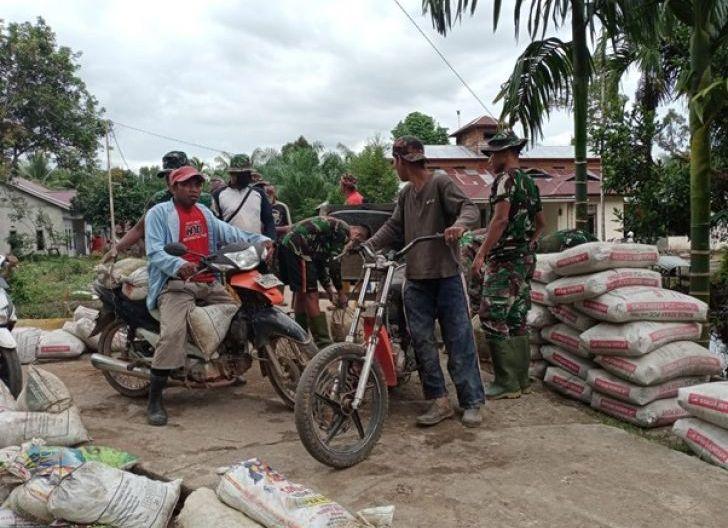Photo of Sepeda Motor Jadi Alternatif Angkut Material di Lokasi TMMD Ke-111 Kodim 1207/Pontianak