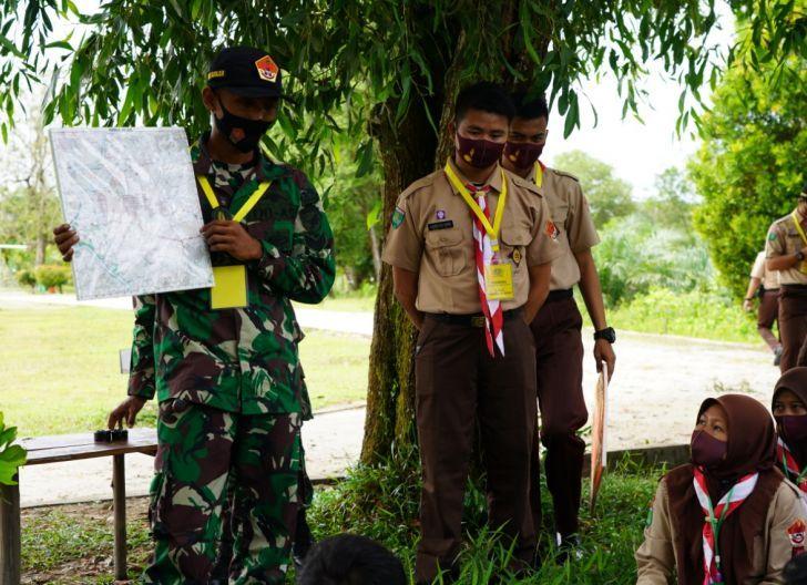 Photo of Personel Korem 121/Abw Berikan Materi Pengetahuan Kompas Kepada Anggota Pramuka Sintang