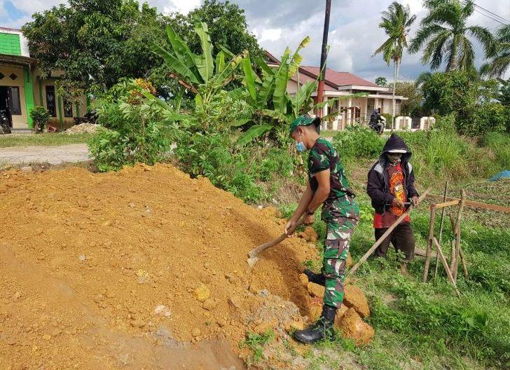Photo of Bantu Penimbunan Pondasi Rumah Warga, Denma Brigif 19/Kh Komsos