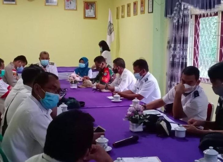 Photo of Babinsa Sekadau Hulu Mendampingi Vaksinasi