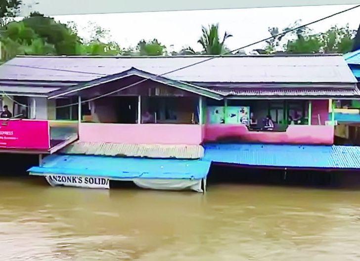 Photo of Banjir Kapuas Hulu Rendam 5 Kecamatan Putuskan Akses Jalan Nasional