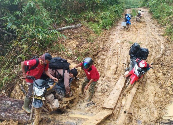 Photo of Perjuangan Polisi Perbatasan Mengantarkan Vaksin ke Daerah Pelosok