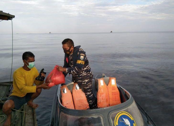 Photo of TNI AL Lantamal XII Serahkan Sembako Kepada Nelayan Berdampak Cuaca Buruk