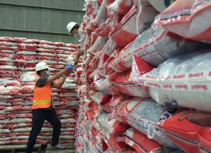 Photo of Wali Kota Serahkan Bantuan Beras PPKM dari Kemensos, Masing-masing KK Dapat 10 Kilogram