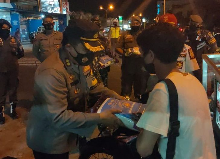 Photo of Polres dan Kodim Cek Prokes PPKM Sambil Bagi Sembako