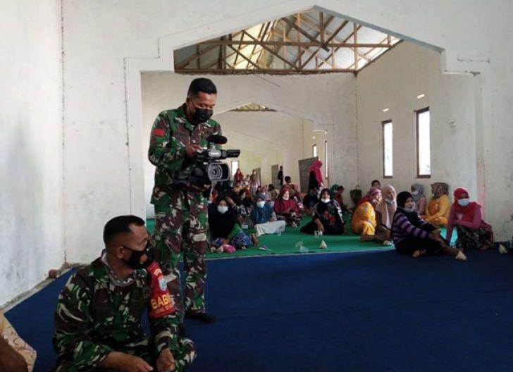 Photo of Tim Jurnalis Pendim 1207/Pontianak Turun Langsung Mempublis Kegiatan TMMD Ke-111 di Dusun Maju Jaya