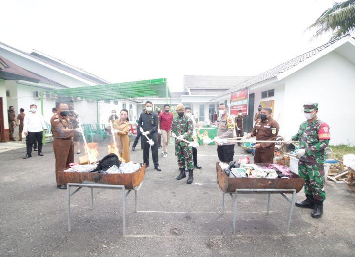 Photo of Bupati Landak Musnahkan BB di Hari Bhakti Adhyaksa ke 61