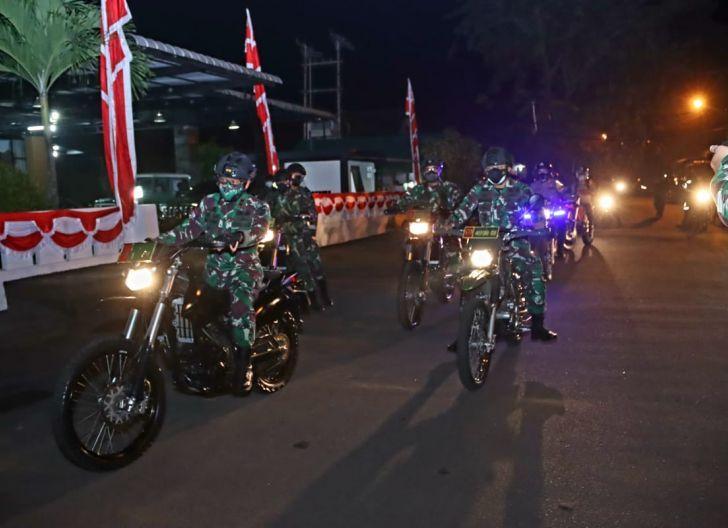 Photo of Patroli Malam, Dandim 1207/Pontianak Dampingi Pangdam XII/Tpr Tinjau Posko Siaga PPKM Mikro