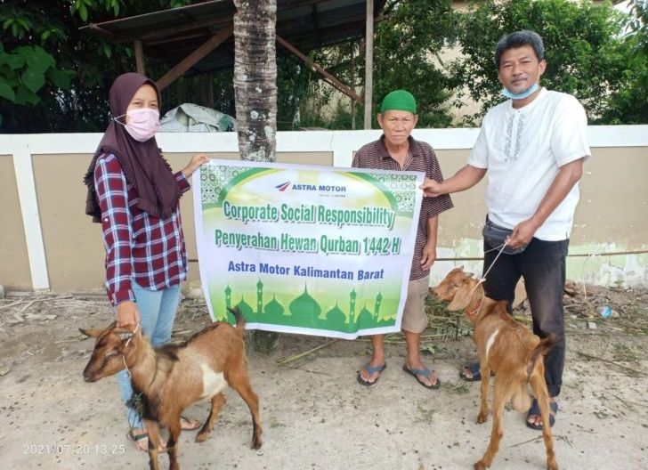 Photo of Kurbankan Empat Ekor Kambing untuk Masyarakat, Astra Motor Kalbar Berbagi Kebahagiaan di Hari Raya Iduladha