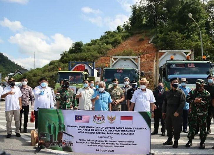 Photo of Terima Bantuan Tabung Oksigen, Pangdam XII/Tpr Apresiasi Pemerintah Malaysia