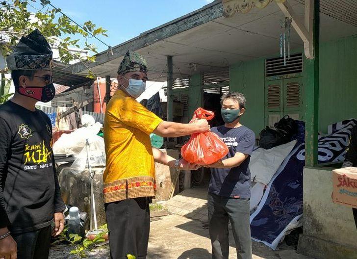 Photo of DPD POM Singkawang Bagikan 1000 Paket Sembako