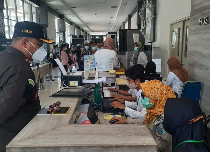 Photo of Kacabjari Entikong Pantau Pemulangan PMIB Sesuai Prokes