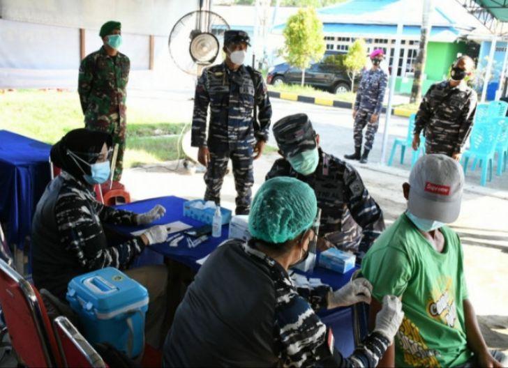 Photo of Tahap Kedua, Lantamal XII Vaksinasi Ratusan Warga Pemangkat