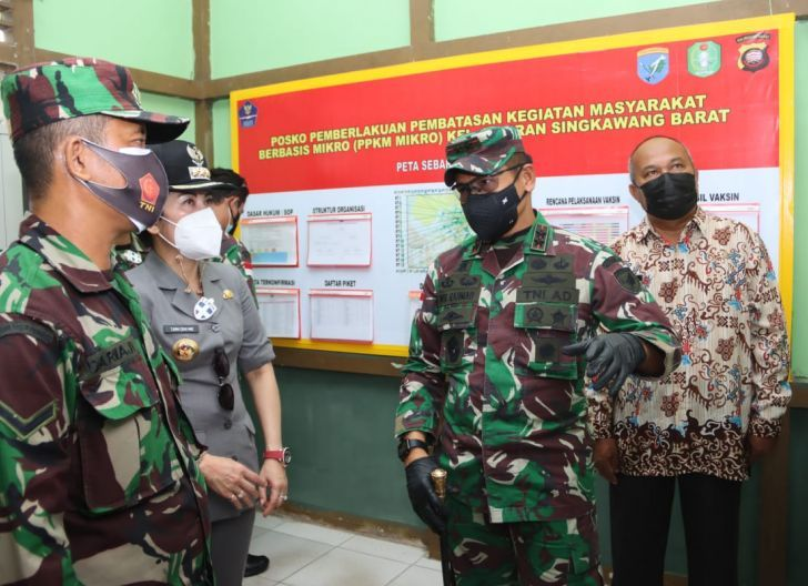 Photo of Pangdam XII/Tpr Bersama Walikota Singkawang Tinjau Posko PPKM Skala Mikro di Pasiran
