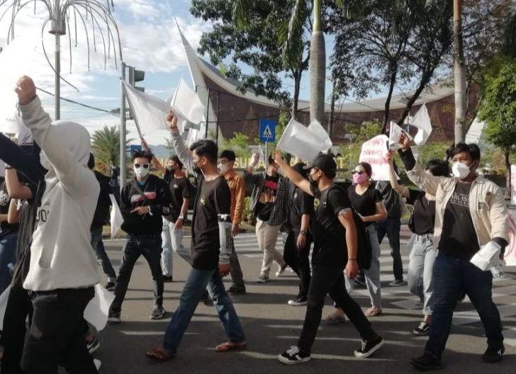 Photo of Kondisi Sedang Tidak Baik-baik Saja, UMKM di Padang Kibarkan Bendera Putih Tanda Menyerah