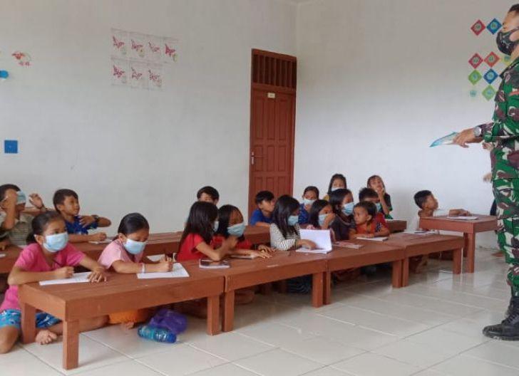 Photo of Satgas Pamtas Yonif Mekanis 643/WNS Bantu Mengajar Anak-anak Perbatasan