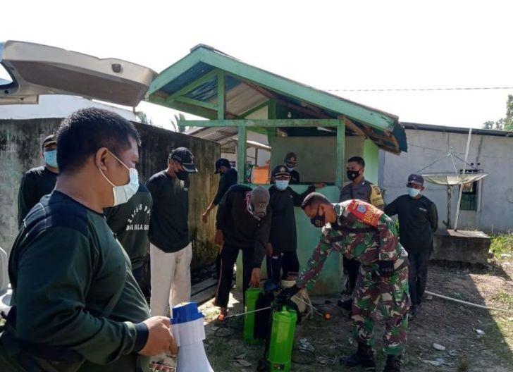 Photo of Upaya Pencegahan Penularan Covid-19, Babinsa Bersama Satgas Laksanakan Penyemprotan Disinfektan