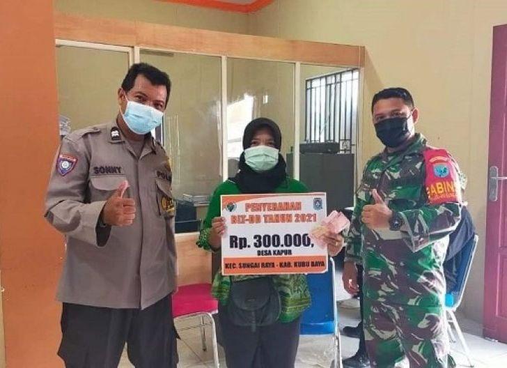 Photo of Babinsa Desa Kapur Terapkan Protokol Kesehatan Dalam Pembagian BLT-DD