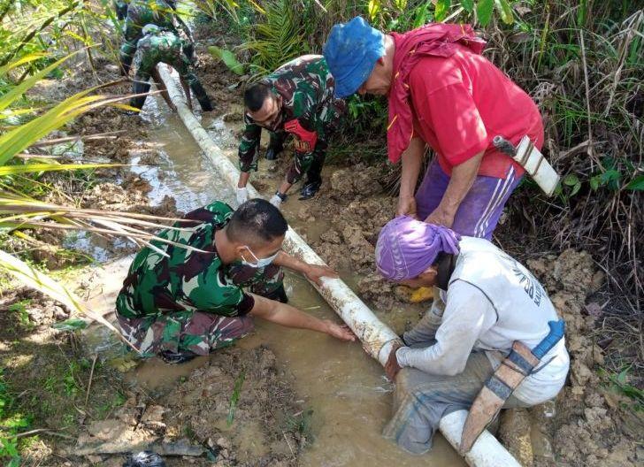 Photo of Satgas Pamtas Yonif Mekanis 643/Wns Bantu Perbaiki Pipa Saluran Air di Perbatasan