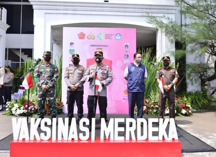 Photo of  Hadiri Gerakan Vaksinasi Merdeka, Kapolri 'Vicon' dengan para Kapolda