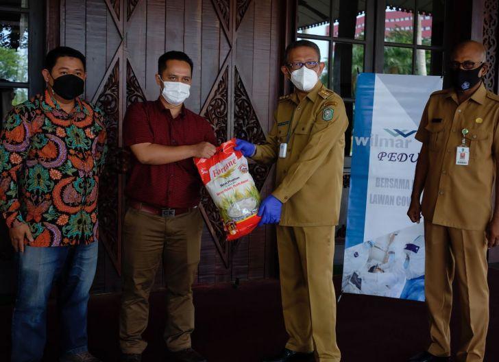 Photo of Perusahaan Perkebunan Salurkan Bantuan Sembako untuk Kalbar