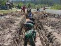 Siaga Banjir, Satgas Pamtas Yonif Mekanis 643/Wns Lakukan Karya Bhakti Pembuatan Drainase
