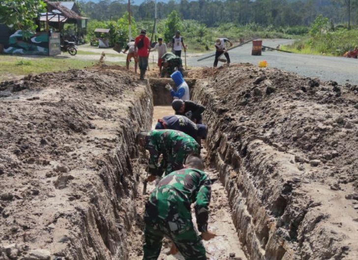 Photo of Siaga Banjir, Satgas Pamtas Yonif Mekanis 643/Wns Lakukan Karya Bhakti Pembuatan Drainase