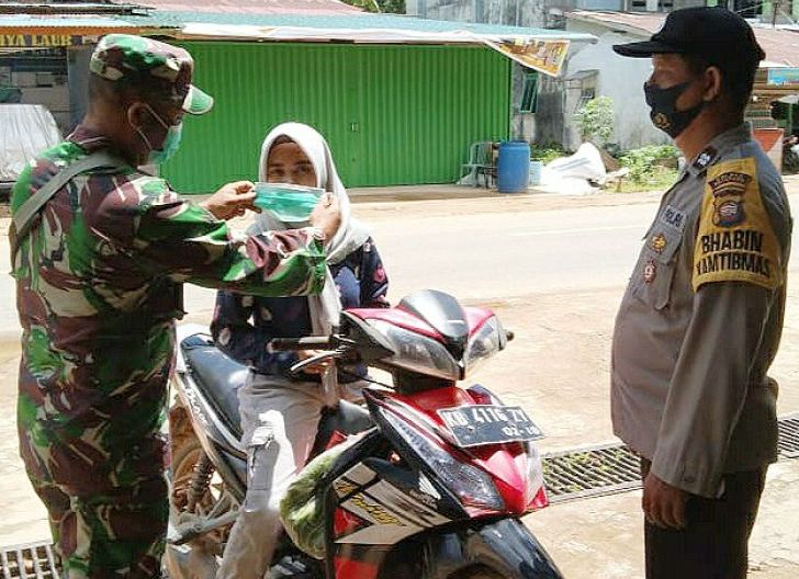 Photo of Jadi Satgas TMMD, Babinsa Riam Bunut Tetap Bagikan Masker di Lokasi Pra-TMMD