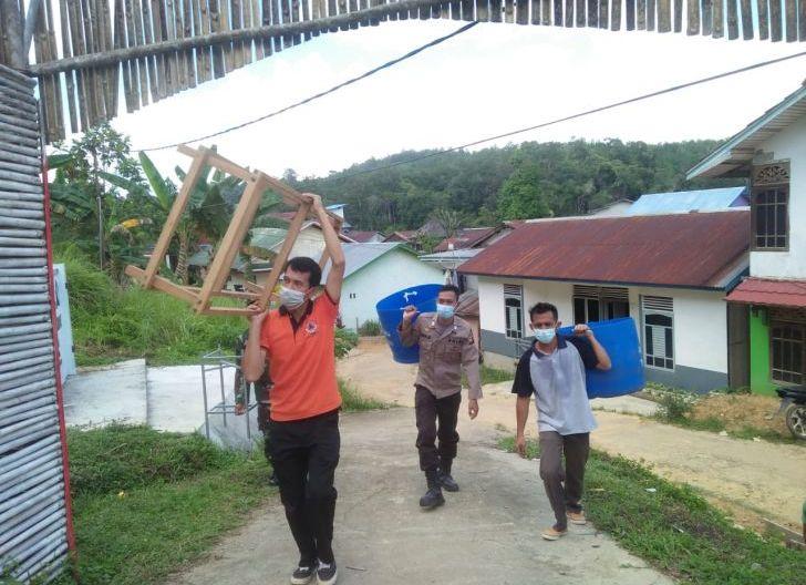 Photo of Peduli Kesehatan, Bhabinkamtibmas Bantu Penyaluran Tempat Sampah dan Cuci Tangan