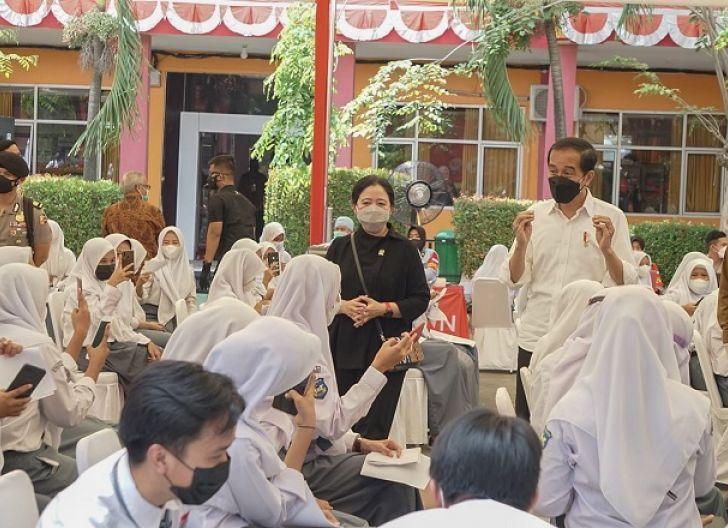 Photo of Tinjau Vaksinasi di Banten, Jokowi - Puan Beri Siswa Hadiah Sepeda