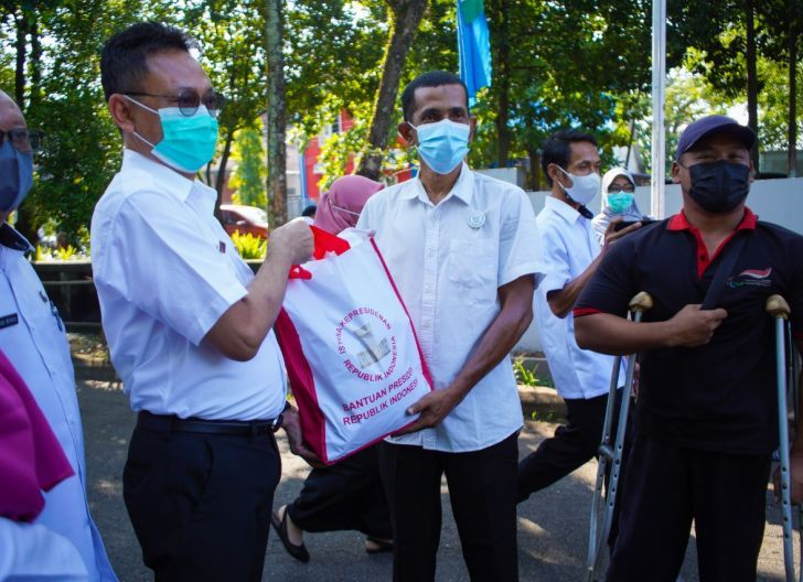 Photo of Pemkot Pontianak Salurkan 300 Paket Bantuan Beras dari Presiden