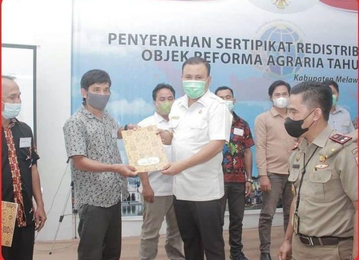 Photo of Bupati Serahkan 1.248 Sertifikat Redistribusi Tanah Bersamaan dengan Penyerahan Virtual Oleh Presiden