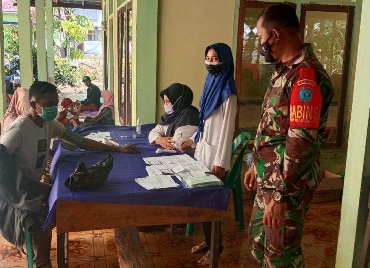 Photo of Koramil 1207-06/Sungai Ambawang Turunkan Babinsa untuk Pantau Vaksinasi Warga