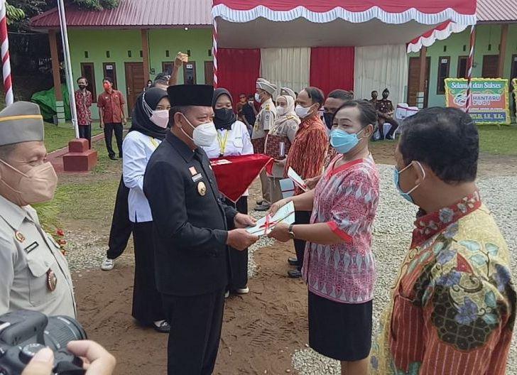 Photo of Peringati Hari Agraria, Bupati PH Serahkan Ratusan Sertifikat Tanah
