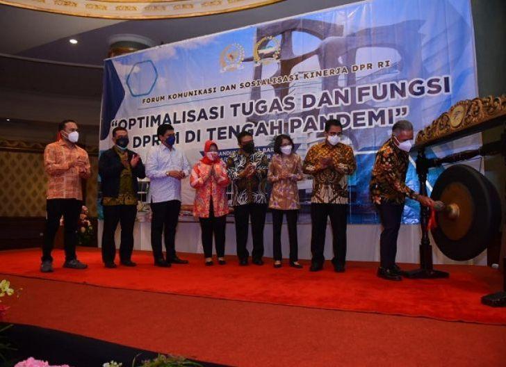 Photo of DPR: Pemerintah, Pengusaha dan Media Harus Mendukung Tingkatkan Iklim Investasi dalam Pemulihan Ekonomi Nasional